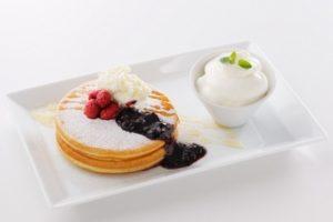 よつ葉ホワイトコージの道産ハスカップとクリームチーズのはちみつパンケーキ